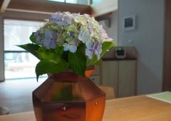 板金の花瓶とあじさい