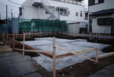 砕石敷き転圧完了 at 変形地に建つお日様をむかえる家