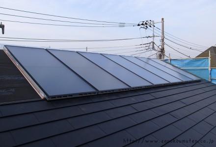 OMソーラー新集熱パネル取付け at 変形地に建つお日様をむかえる家