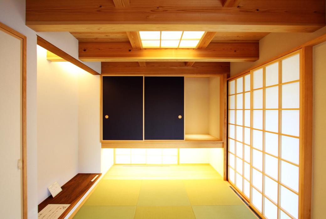 柔らかな陽が差し込む和室。